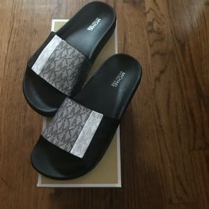 Michael Kors Ayla metallic slide size 6 new